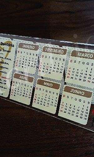 Calendário de mesa em acrílico